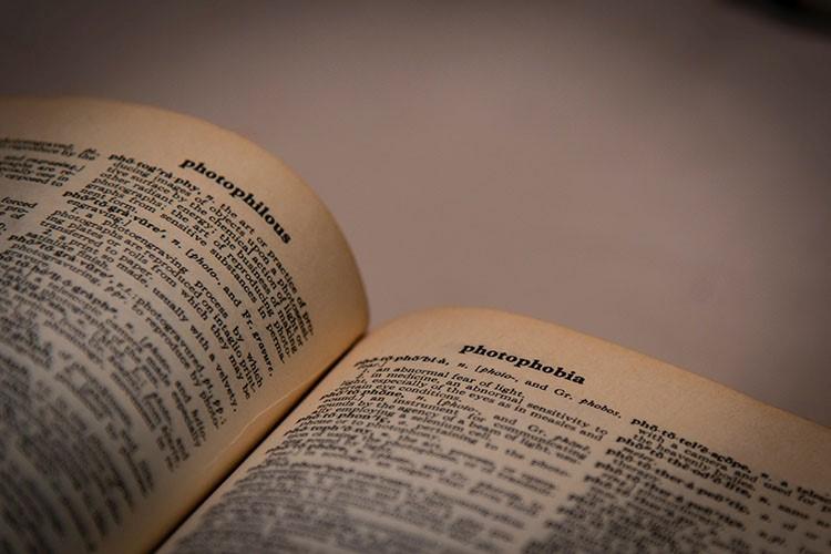 6 ویژگی زبان انگلیسی که برای فارسیزبانان پیچیده است